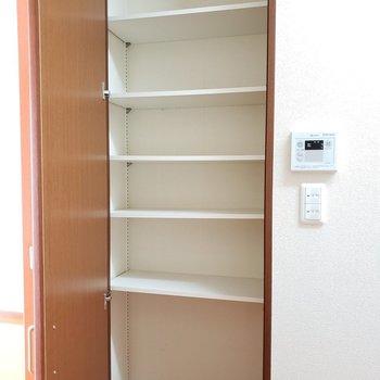 向かいには収納棚。高さは調節可能です。ありがた!※写真は2階の同間取り別部屋のものです