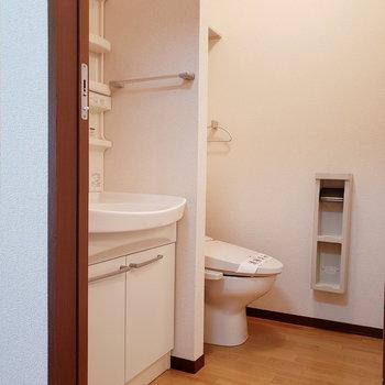 独立洗面台にもしっかり収納スペースがあります。※写真は2階の同間取り別部屋のものです