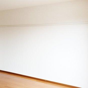 ピクチャーレールがついています。ぜひとも活用したいところ。※写真は2階の同間取り別部屋のものです
