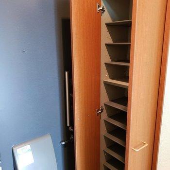 シューズラックの収納力もバッチリです。※写真は2階の同間取り別部屋のものです