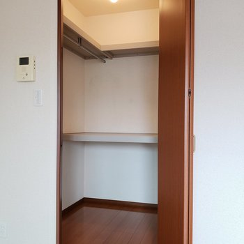 じゃーん!大容量!天井から床まで使えますね。※写真は2階の同間取り別部屋のものです