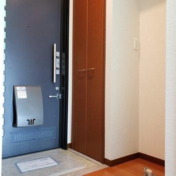 玄関の右手に洗濯機置き場。帰宅して脱いでポイっと!※写真は2階の同間取り別部屋のものです