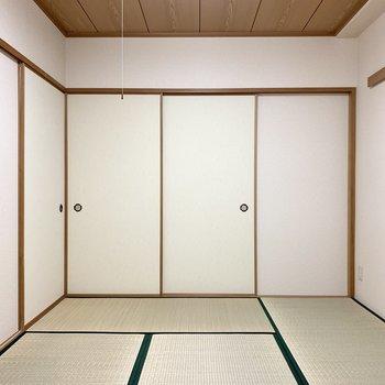 壁も天井もしっかり和テイストな和室です。