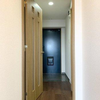 お次はドアの向こうの廊下へ。