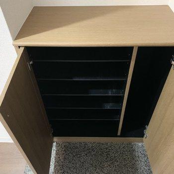 シューズボックスは1段に2足くらいのサイズ感の可動棚と、傘などの長物スペース付。