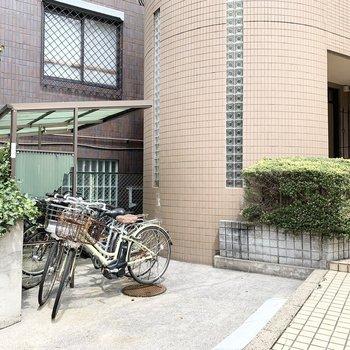 エントランス前には自転車置場も。