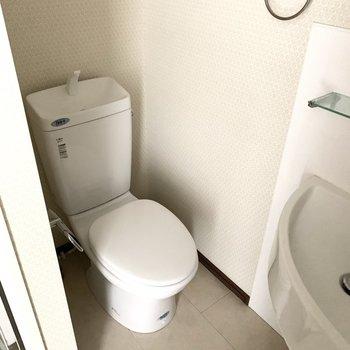 おトイレは洗面台とお風呂にはさまれた位置に。コンセントがあるのでウォシュレットの後付けも可能です。