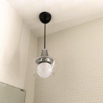 ランプが素敵◎天井も四角を重ねた模様になっていてさり気ないおしゃれ感。