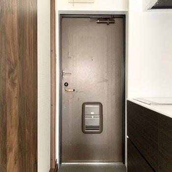 さて、室内の最後は玄関を。シューズボックスはありませんので、お好きなものをご用意ください。