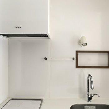 スポットライトと換気扇のボタンも素敵◎額縁みたいな棚にはスパイスを並べたいですね。