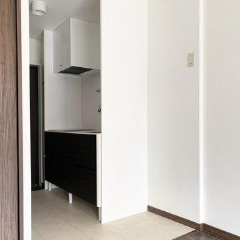 キッチンと冷蔵庫置場は床の素材を変えて、空間をチェンジ。