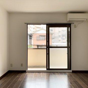 白い壁とダークな床のコントラストが素敵な8帖のお部屋です。
