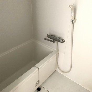 お風呂はシンプルですが、清潔感のある空間。