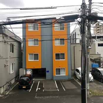 お向かえのオレンジが目立つ!※眺望は2階のものです