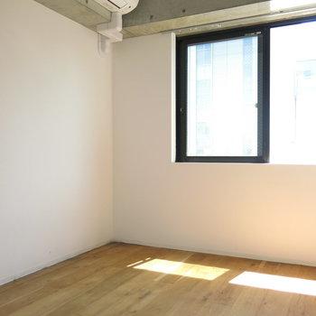 4.9帖の洋室も日当たりよし!エアコンもあります!(※写真は6階の同間取り別部屋のものです)