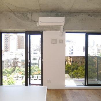 天井の剥き出しのコンクリ感がかっこいい!(※写真は6階の同間取り別部屋のものです)