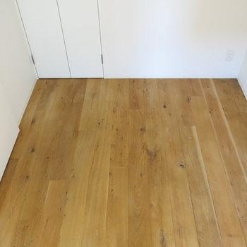 ここも無垢床!鍵もしっかり締められるプライベート空間!(※写真は6階の同間取り別部屋のものです)