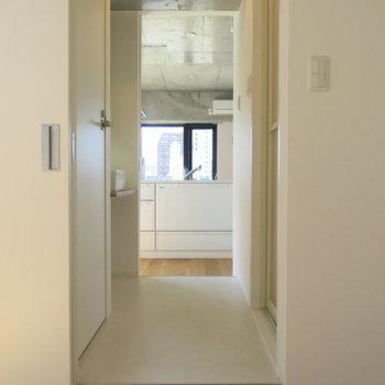 洋室へはキッチンの奥、サニタリーのある廊下を抜けて!(※写真は6階の同間取り別部屋のものです)