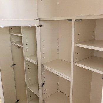 廊下部分には収納棚も充実。