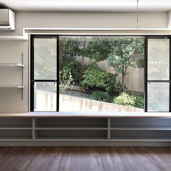 左手オープンの棚にはグリーを置いても◎ 下の収納は、本棚にもできそうですね。