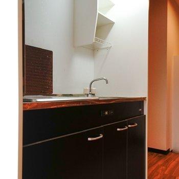 キッチンの吊り棚が便利そう。(※写真は6階の同間取り別部屋。清掃前のものです)