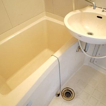 洗面台とお風呂もセットです。(※写真は6階の同間取り別部屋。清掃前のものです)