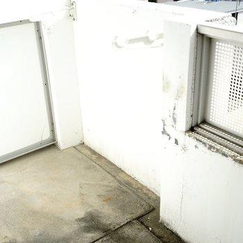 洗濯物が干しやすそうなバルコニー(※写真は6階の同間取り別部屋。清掃前のものです)