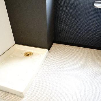 洗濯機置場はトイレとセットですが、スペースは広々!(※写真は6階の同間取り別部屋。清掃前のものです)