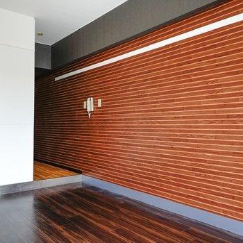 茶色の壁がかわいい、ワンルームです!(※写真は6階の同間取り別部屋。清掃前のものです)