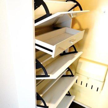 収納しやすそうな靴箱だ!(※写真は6階の同間取り別部屋。清掃前のものです)