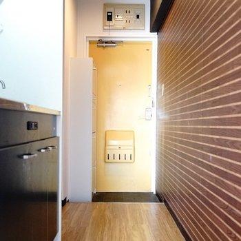 茶色の壁が廊下までずーっと。(※写真は6階の同間取り別部屋。清掃前のものです)