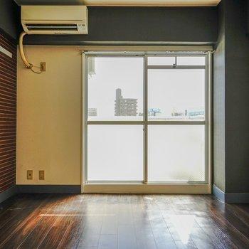 陽光が燦々と降り注いできます。(※写真は6階の同間取り別部屋。清掃前のものです)