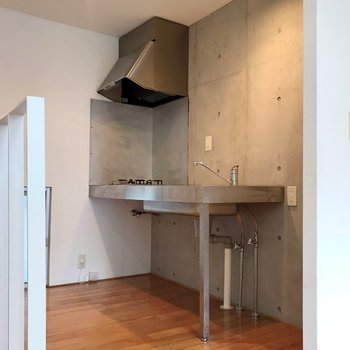 キッチンはミニマムなデザイン。お洒落に収納したい。(※写真は1階の同間取り別部屋のものです)