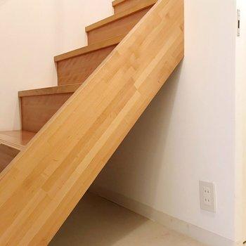 階段下はちょっとした収納になっていました。(※写真は1階の同間取り別部屋のものです)