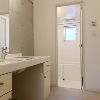 お風呂は窓と浴室乾燥機付き!(※写真は1階の同間取り別部屋のものです)