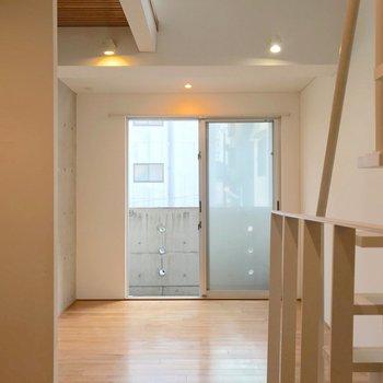 キッチンを除くと洋室は4帖くらい。お気に入りの家具を合わせて。(※写真は1階の同間取り別部屋のものです)