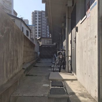 自転車はお部屋の前に駐められます。