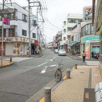 駅前には小さな商店街が。コンビニや花屋さんなどがあります。