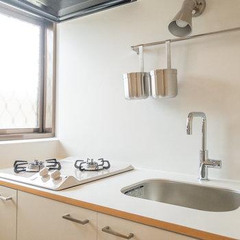キッチンは2口ガスコンロです。蛇口にこだわりを感じます。
