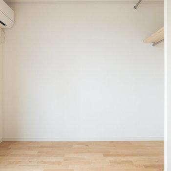 左側の壁にも右手前の壁にもコンセントがあります。