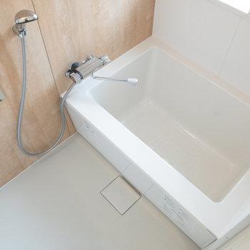洗い場も浴槽もゆったりとしたサイズ。
