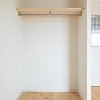 オープンクローゼットです。目隠しカーテンもつけられます