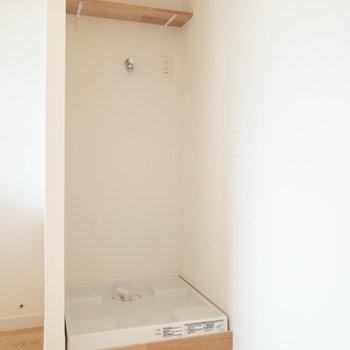 洗濯機置き場。上部の棚には洗剤などを置くことができます。