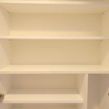 たっぷり収納の靴箱、下にも…。(※写真は8階の同間取り別部屋のものです)