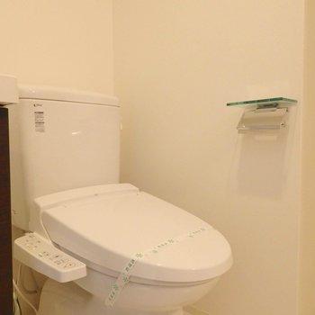 トイレはウォシュレット付きです。(※写真は8階の同間取り別部屋のものです)