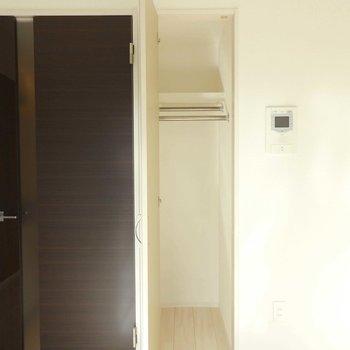 クローゼットはコンパクト。奥行きのあるタイプです。(※写真は8階の同間取り別部屋のものです)