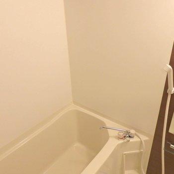 お風呂は広々としています。(※写真は8階の同間取り別部屋のものです)