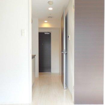 廊下も綺麗ですね。(※写真は8階の同間取り別部屋のものです)