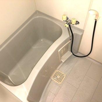 湯船が深いお風呂ですが、鏡がないのでご用意ください。