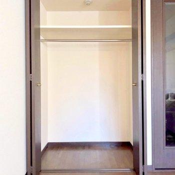 クローゼットも十分な広さ。(※写真は1階の反転間取り別部屋、モデルルームのものです)